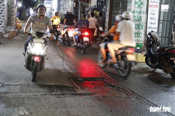 Phập phồng đi ngang những nắp cống ỡm ờ trên mặt đường Sài Gòn - Ảnh 6.