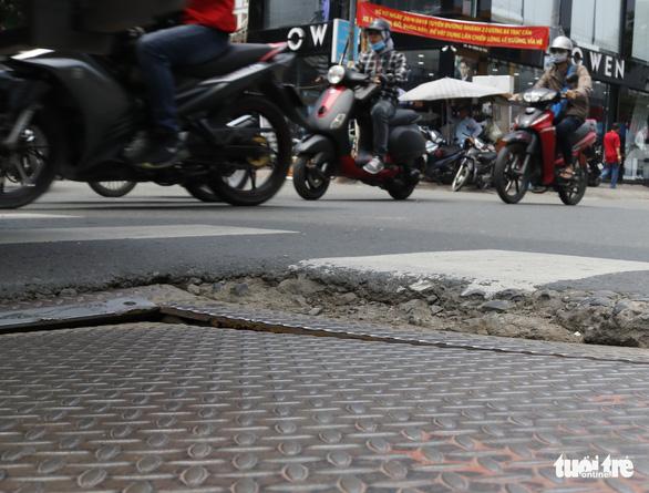 Phập phồng đi ngang những nắp cống ỡm ờ trên mặt đường Sài Gòn - Ảnh 5.