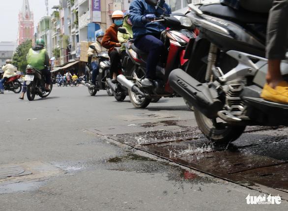 Phập phồng đi ngang những nắp cống ỡm ờ trên mặt đường Sài Gòn - Ảnh 7.
