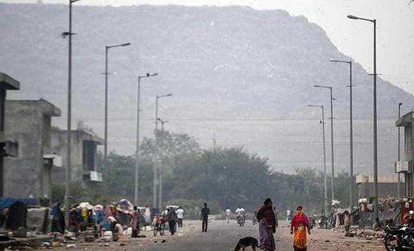Bãi rác cao như núi, giới chức Ấn Độ khuyên gắn đèn đỏ cảnh báo máy bay - Ảnh 3.
