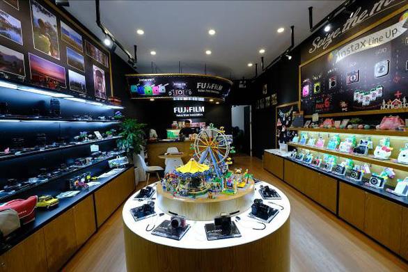 Mô hình 'cửa hàng thương hiệu' - Bước đi táo bạo của Fujifilm - Ảnh 1.