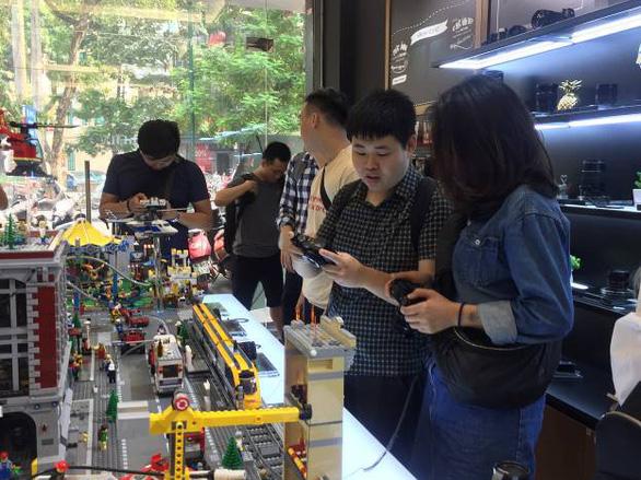 Mô hình 'cửa hàng thương hiệu' - Bước đi táo bạo của Fujifilm - Ảnh 2.