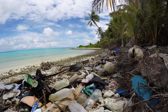Ngỡ ngàng đảo thiên đường thành bãi rác dù cư dân chỉ 500 người - Ảnh 2.