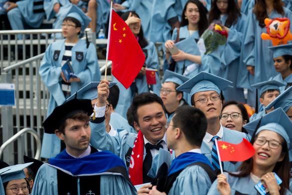 Mỹ thừa nhận siết visa, chỉ đón du học sinh Trung Quốc tới để học - Ảnh 1.