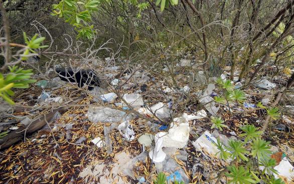 Ngỡ ngàng đảo thiên đường thành bãi rác dù cư dân chỉ 500 người - Ảnh 4.