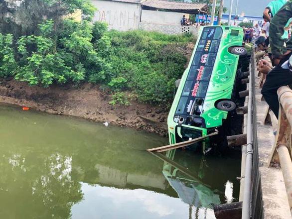 Xe khách lao xuống sông, một người chết, nhiều người bị thương - Ảnh 1.