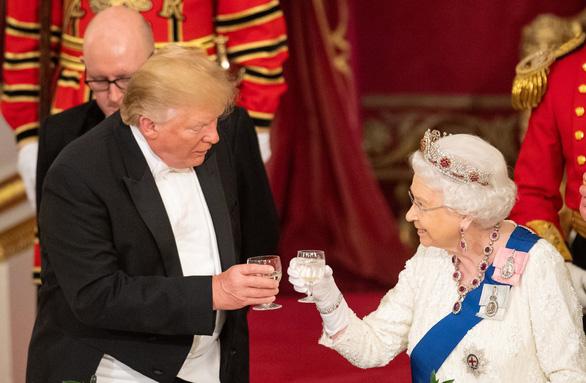 Ông Trump thăm Anh: Lãnh đạo trải thảm đỏ, dân la ó, biểu tình - Ảnh 3.
