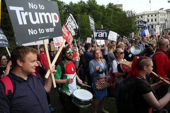Ông Trump thăm Anh: Lãnh đạo trải thảm đỏ, dân la ó, biểu tình - Ảnh 5.