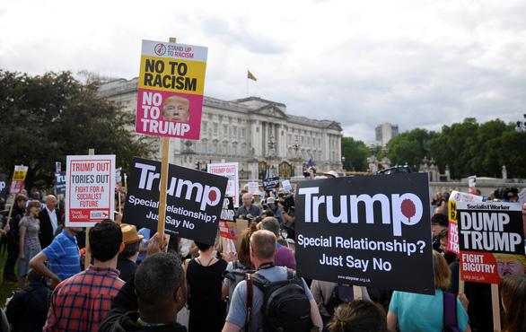 Ông Trump thăm Anh: Lãnh đạo trải thảm đỏ, dân la ó, biểu tình - Ảnh 4.
