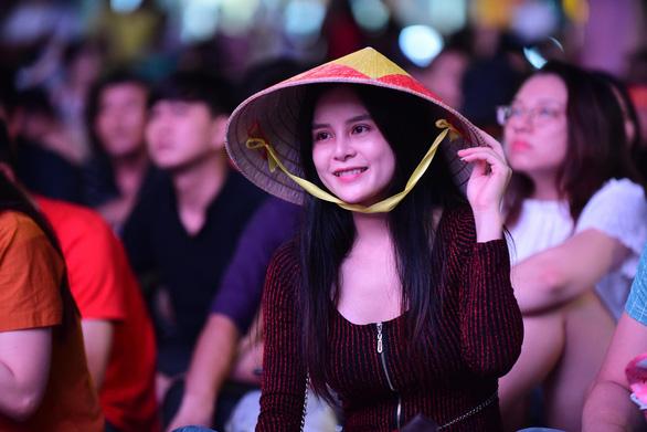Đáng yêu hàng ngàn cổ động viên cổ vũ tuyển Việt Nam ở phố đi bộ Nguyễn Huệ - Ảnh 6.