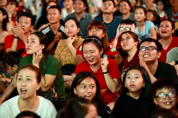 Đáng yêu hàng ngàn cổ động viên cổ vũ tuyển Việt Nam ở phố đi bộ Nguyễn Huệ - Ảnh 11.