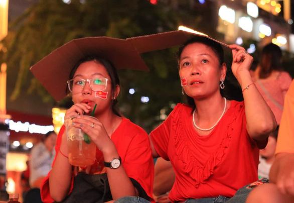 Đáng yêu hàng ngàn cổ động viên cổ vũ tuyển Việt Nam ở phố đi bộ Nguyễn Huệ - Ảnh 5.