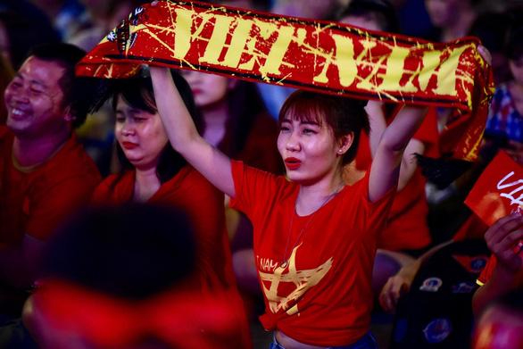 Đáng yêu hàng ngàn cổ động viên cổ vũ tuyển Việt Nam ở phố đi bộ Nguyễn Huệ - Ảnh 7.
