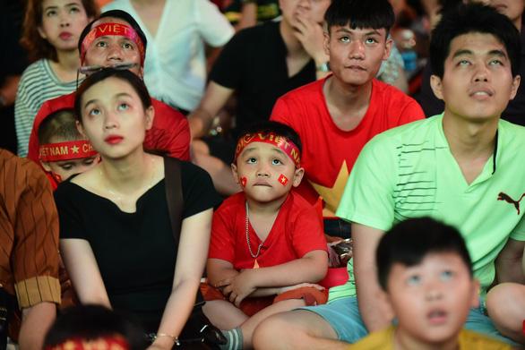 Đáng yêu hàng ngàn cổ động viên cổ vũ tuyển Việt Nam ở phố đi bộ Nguyễn Huệ - Ảnh 8.