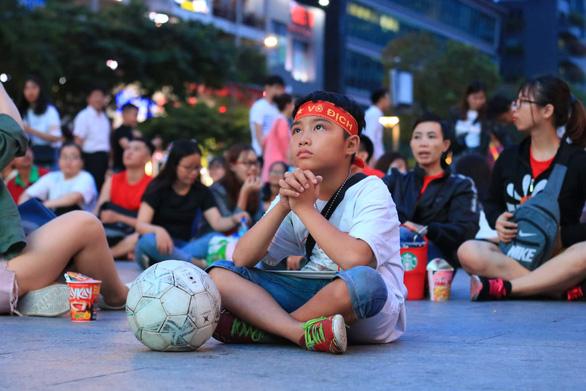 Đáng yêu hàng ngàn cổ động viên cổ vũ tuyển Việt Nam ở phố đi bộ Nguyễn Huệ - Ảnh 4.