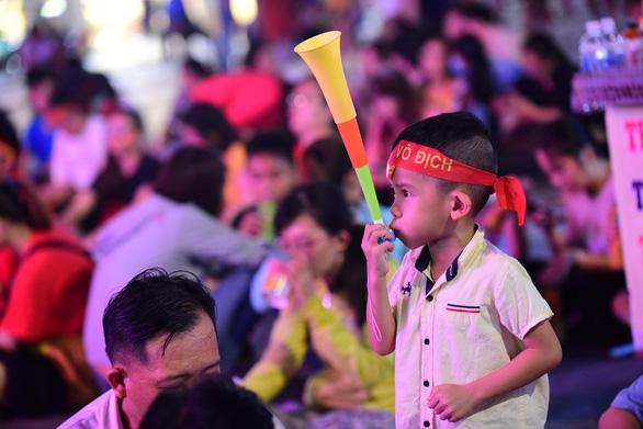 Đáng yêu hàng ngàn cổ động viên cổ vũ tuyển Việt Nam ở phố đi bộ Nguyễn Huệ - Ảnh 12.