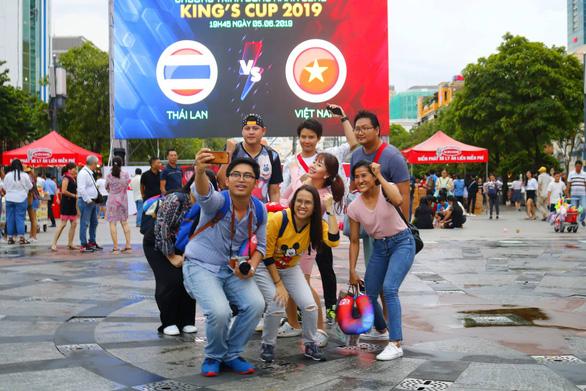 Đáng yêu hàng ngàn cổ động viên cổ vũ tuyển Việt Nam ở phố đi bộ Nguyễn Huệ - Ảnh 3.