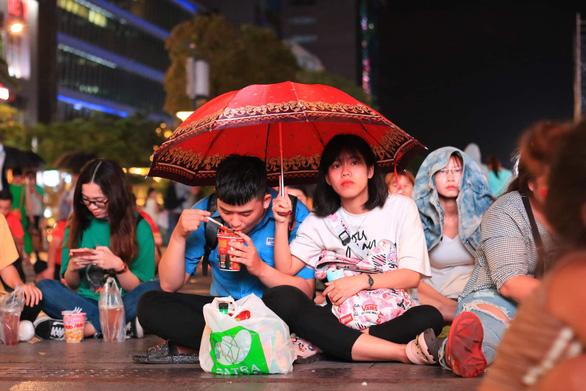 Đáng yêu hàng ngàn cổ động viên cổ vũ tuyển Việt Nam ở phố đi bộ Nguyễn Huệ - Ảnh 9.