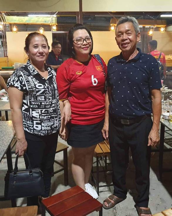 Bố mẹ Hồng Duy và cựu danh thủ Hồng Sơn sang Buriram cổ vũ tuyển Việt Nam - Ảnh 2.