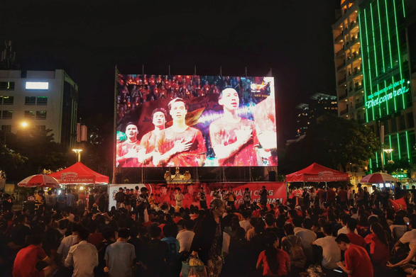 Đáng yêu hàng ngàn cổ động viên cổ vũ tuyển Việt Nam ở phố đi bộ Nguyễn Huệ - Ảnh 10.