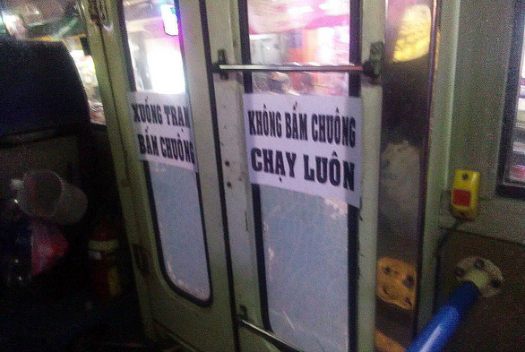Bóp bụng con gà đi em, nó là chuông xe buýt đó! - Ảnh 2.