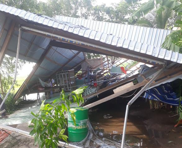 Mưa lớn kèm lốc xoáy làm tốc mái, sập 150 căn nhà ở An Giang - Ảnh 2.