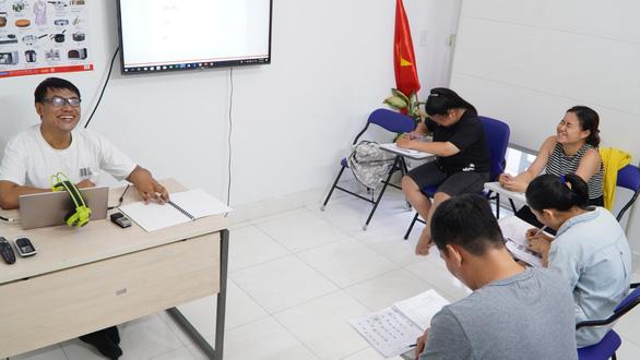 Đam mê kỳ lạ của một người Thái khiếm thị mê tiếng Việt - Ảnh 2.