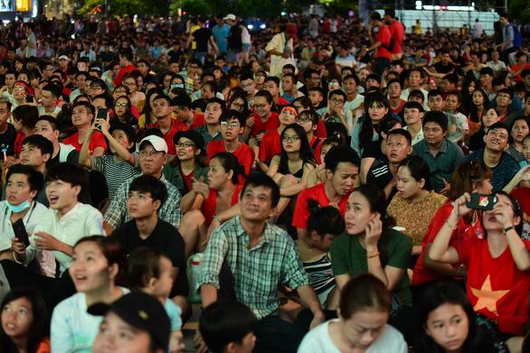 Đáng yêu hàng ngàn cổ động viên cổ vũ tuyển Việt Nam ở phố đi bộ Nguyễn Huệ - Ảnh 2.