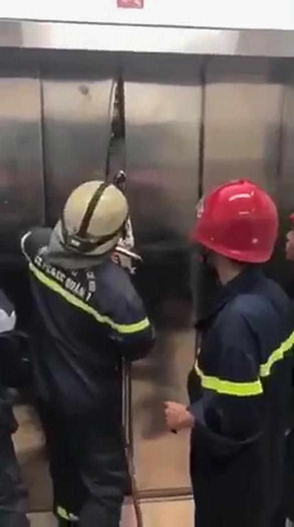 Phá cửa thang máy giải cứu 21 người mắc kẹt - Ảnh 1.