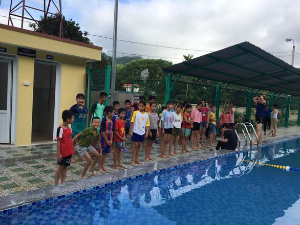 Lớp học bơi miễn phí cho hàng trăm trẻ ngày hè - Ảnh 1.