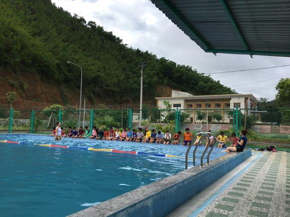 Lớp học bơi miễn phí cho hàng trăm trẻ ngày hè - Ảnh 2.