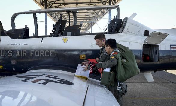 Ba tướng Mỹ chúc mừng phi công Việt Nam vừa tốt nghiệp - Ảnh 3.