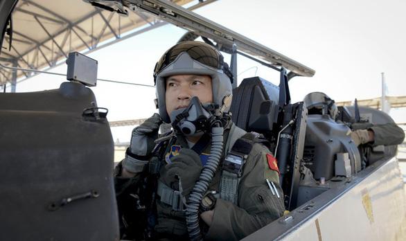 Ba tướng Mỹ chúc mừng phi công Việt Nam vừa tốt nghiệp - Ảnh 2.