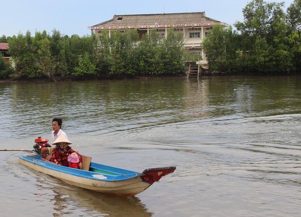 Bơi xuồng hàng chục cây số đưa trẻ đi tiêm chủng - Ảnh 2.