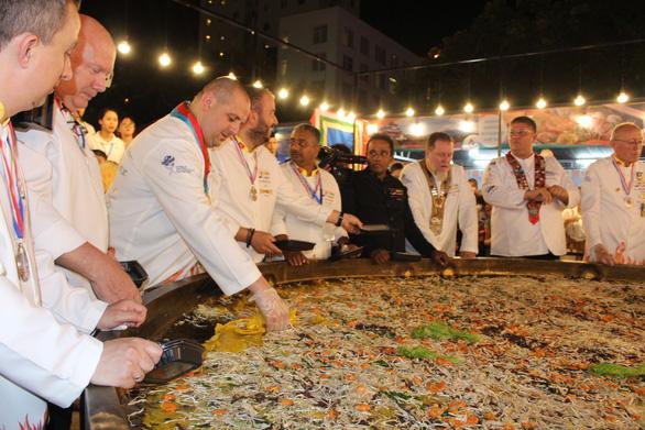 Đầu bếp 14 nước đổ chiếc bánh xèo khổng lồ 150kg, đường kính 4m - Ảnh 3.