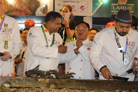 Đầu bếp 14 nước đổ chiếc bánh xèo khổng lồ 150kg, đường kính 4m - Ảnh 4.