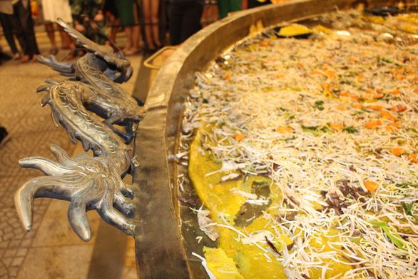 Đầu bếp 14 nước đổ chiếc bánh xèo khổng lồ 150kg, đường kính 4m - Ảnh 5.