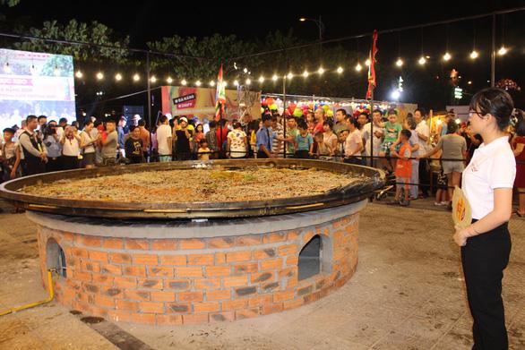 Đầu bếp 14 nước đổ chiếc bánh xèo khổng lồ 150kg, đường kính 4m - Ảnh 6.