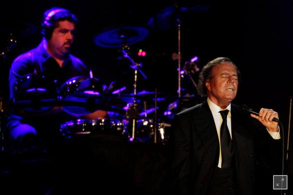 Julio Iglesias: 50 năm ca hát là một phép mầu - Ảnh 1.