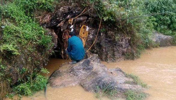 Hơn 100 người giải cứu người đàn ông kẹt gần 1 tuần trong hang đá - Ảnh 1.