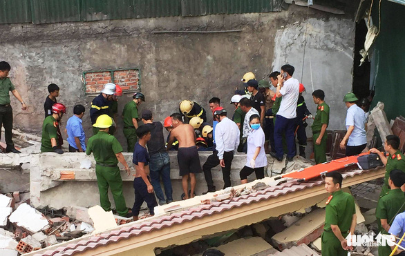 Nhà hai tầng đổ sập khi phá dỡ, 2 người bị vùi lấp - Ảnh 1.