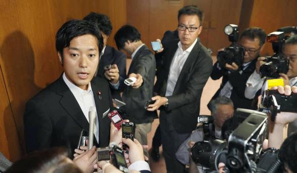 Nhậu xỉn rồi đòi... sờ ngực phụ nữ, nghị sĩ Nhật bị ép từ chức - Ảnh 1.