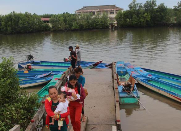 Bơi xuồng hàng chục cây số đưa trẻ đi tiêm chủng - Ảnh 7.