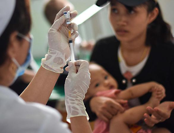 Bơi xuồng hàng chục cây số đưa trẻ đi tiêm chủng - Ảnh 5.
