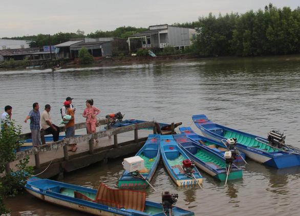 Bơi xuồng hàng chục cây số đưa trẻ đi tiêm chủng - Ảnh 1.