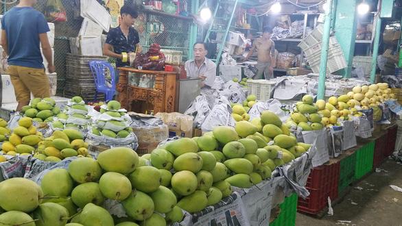 Chợ dịp Tết Đoan Ngọ hút hàng, giá trái cây tăng sốc - Ảnh 3.