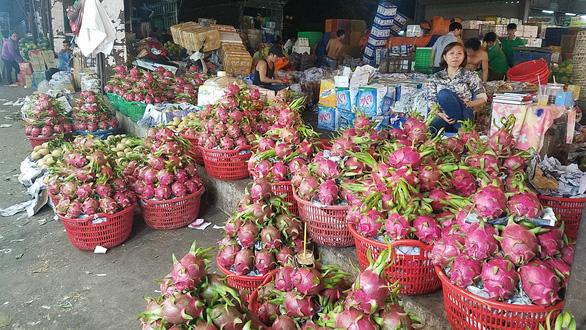 Chợ dịp Tết Đoan Ngọ hút hàng, giá trái cây tăng sốc - Ảnh 4.
