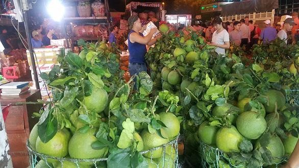 Chợ dịp Tết Đoan Ngọ hút hàng, giá trái cây tăng sốc - Ảnh 2.