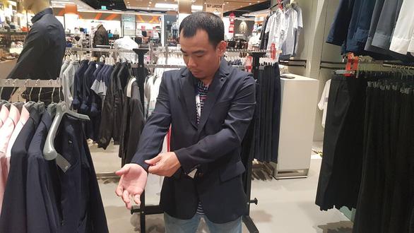 Phóng viên Việt Nam tá hỏa chạy mua vest trước chung kết King's Cup - Ảnh 1.