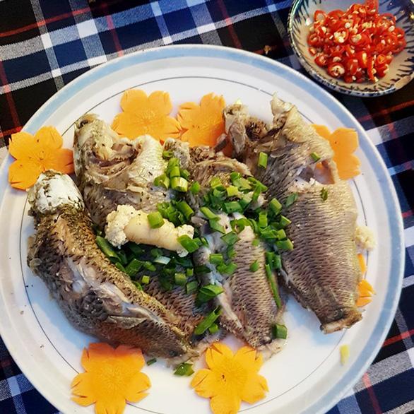 Tốn cơm với món cá rô đồng nấu canh lá khổ qua rừng - Ảnh 1.